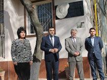 В Ташкенте установлен барельеф азербайджанскому поэту