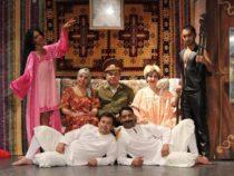 Азиз Несин на сцене бакинского ТЮЗ
