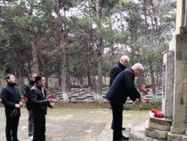 Сегодня в мире отмечают День неизвестного солдата. В Баку состоялась церемония возложения цветов на Мемориальном кладбище