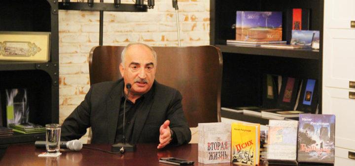 Встреча с писателем Натигом Расулзаде в Бакинском книжном центре