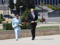 Ильхам Алиев и Мехрибан Алиева посетили могилу Общенационального лидера Гейдара Алиева